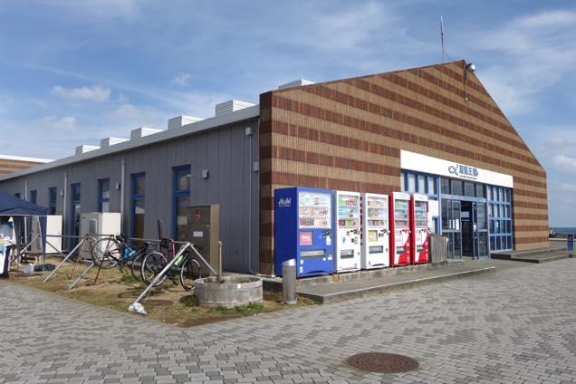 煉瓦風の外観の「道の駅ちくら」の入り口と駐輪場