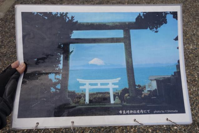 青空と富士山を背景にした布良崎神社の絶景写真
