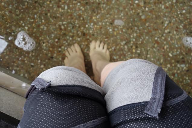 ズボンをまくって道の駅三芳村の足湯で足を温める筆者