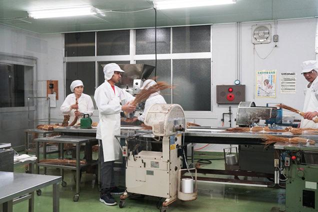 藁納豆の製作現場