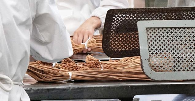 発酵する前の豆が詰まった藁納豆