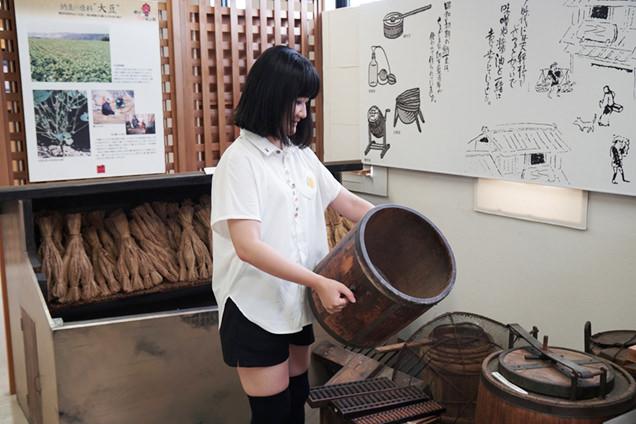 納豆製造道具に触れる朝井さん