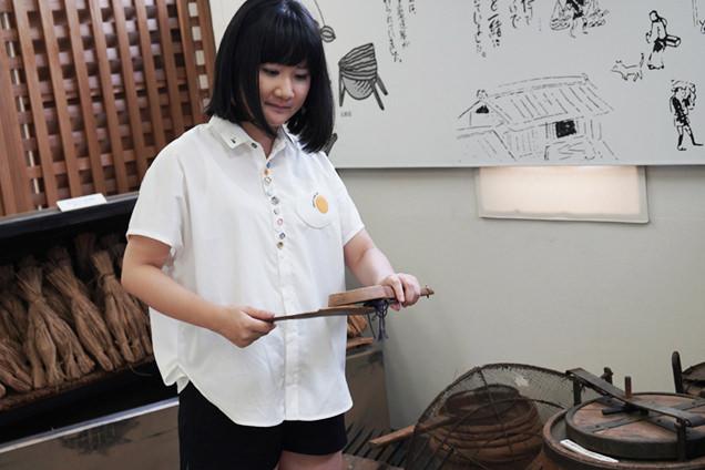 納豆製造道具を手に持つ朝井さん