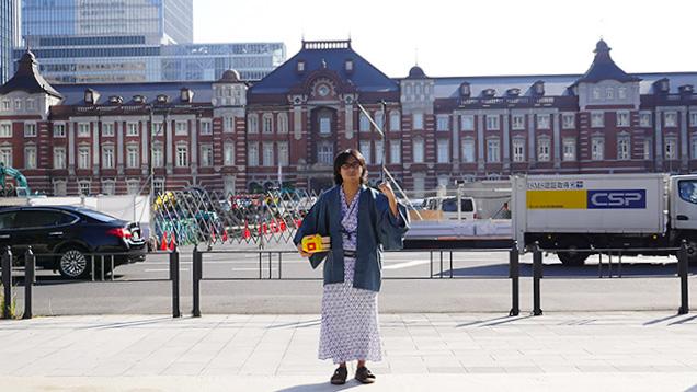 浴衣姿で東京駅前に立つ筆者