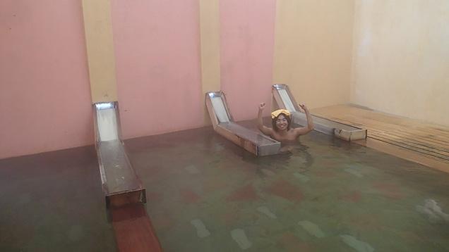 早稲田桟敷湯の湯船に浸かってガッツポーズする筆者
