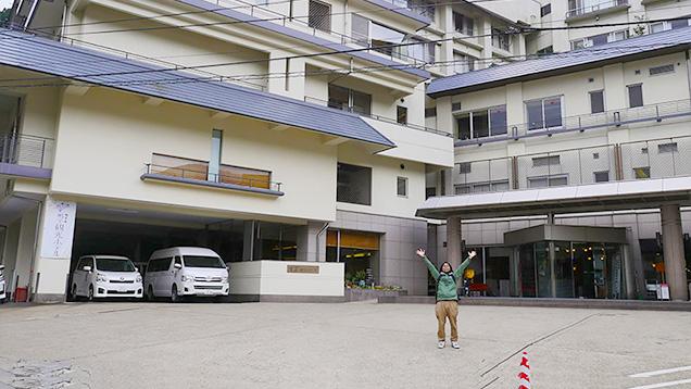 鳴子観光ホテルの前でポーズをとる筆者