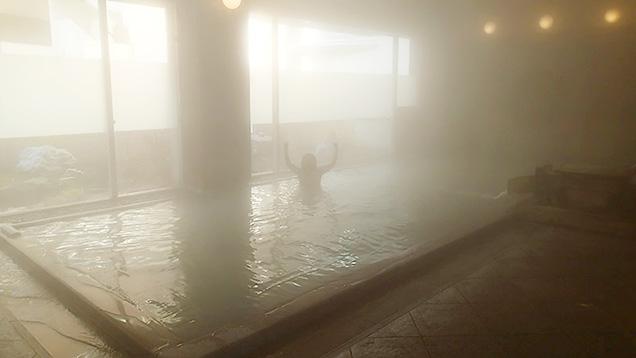 鳴子観光ホテルの内湯につかってガッツポーズする筆者