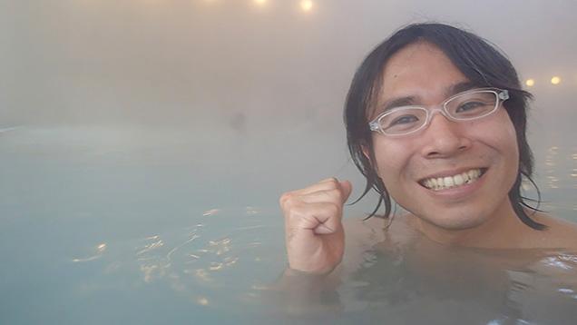 湯船につかって自撮りしながら片手でガッツポーズする筆者