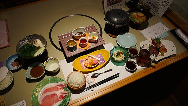 テーブルに並んだホテルの豪華な夕食