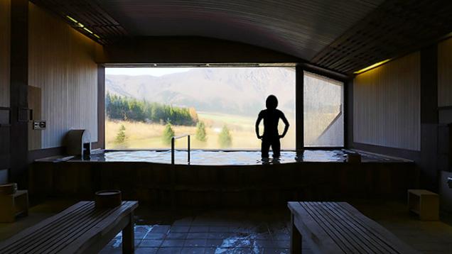 湯船から外の景色を眺める筆者