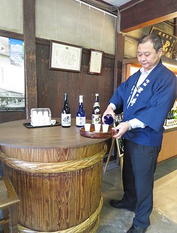 日本酒を試飲する