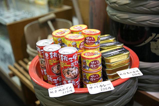醤や醤油と一緒に缶詰が売られていた