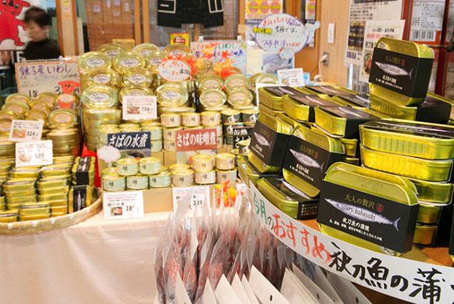 ウオッセ21にある信田缶詰直売所。同社商品のほぼ全種が買える