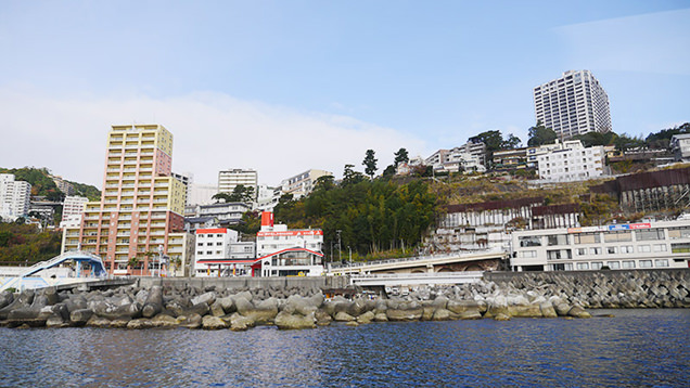 穏やかな海とは対象的に急な坂道の多い熱海の街並み