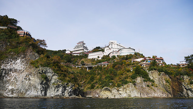 青い空の似合う錦ヶ浦とその上にそびえる熱海城