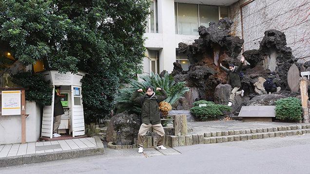 ホテルの入り口の前ではしゃいでポーズを決めるライター地主恵亮