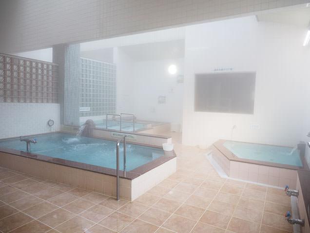 青森の銭湯「大福温泉」の広々とした浴室