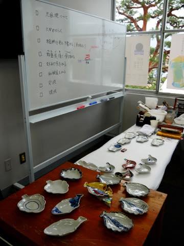 ホワイトボードに書かれた九谷焼の絵付けの説明