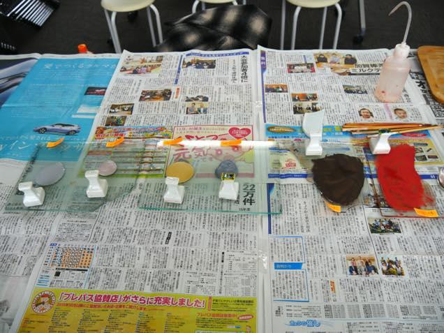 机の上に並べられた和絵具の数々