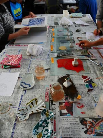 机の上に並べられた制作中の色絵豆皿
