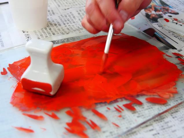 色絵豆皿に色を付けるため和絵具(赤)