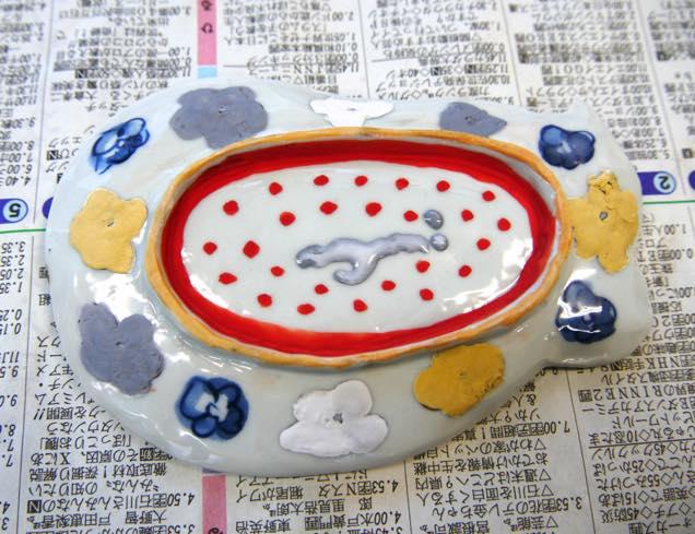 色が付けられた豆皿の裏側