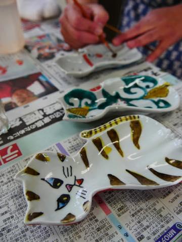 猫の絵付けがされた九谷焼色絵豆皿