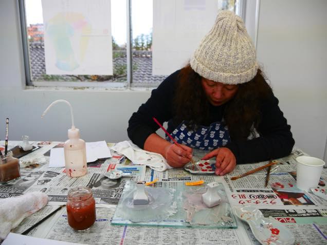 色絵豆皿に色付けする九谷焼作家の田辺京子さん