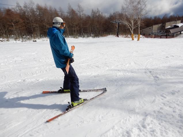 グランデコスノーリゾートのスキー教室で手本を見せる先生