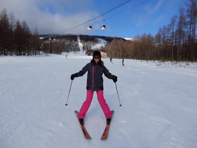 グランデコスノーリゾートのスキー教室で滑りカメラ目線を送る日笠麗奈