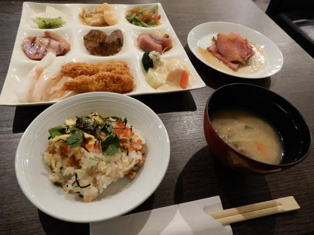 裏磐梯レイクリゾート内のレストラン「ヒバラダイニング」のビュッフェ