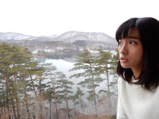 裏磐梯レイクリゾート内「桧原湖展望ルーム」で桧原湖を見る日笠麗奈