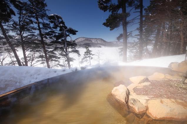 桧原湖を眼下に望む露天風呂「ひばらみの湯」