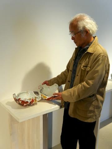 作品を手に取り説明する九谷焼作家の赤池健陶さん