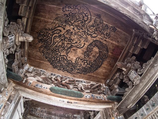 浦佐「善光寺」山門にある日本画家「谷文晁」による「八方にらみの龍」