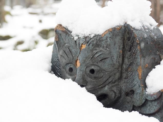 浦佐「善光寺」の池のほとりに置かれた猫瓦