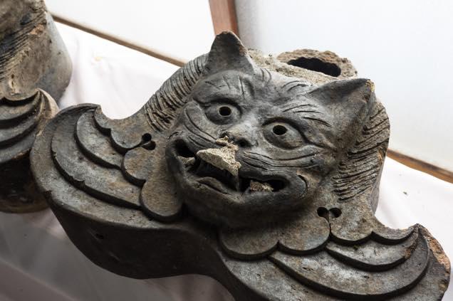 室内に保管された浦佐「善光寺」の猫瓦