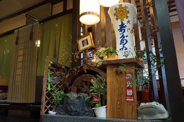 浦佐「善光寺」参道にある「寿多家」に置かれた猫瓦