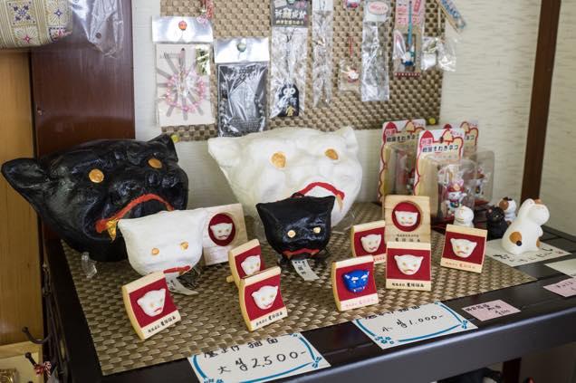 浦佐「善光寺」参道にある「河田屋土産物店」で売られている猫瓦グッジの数々