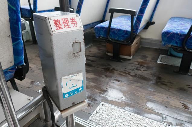 路線バス入口の整理券発行機