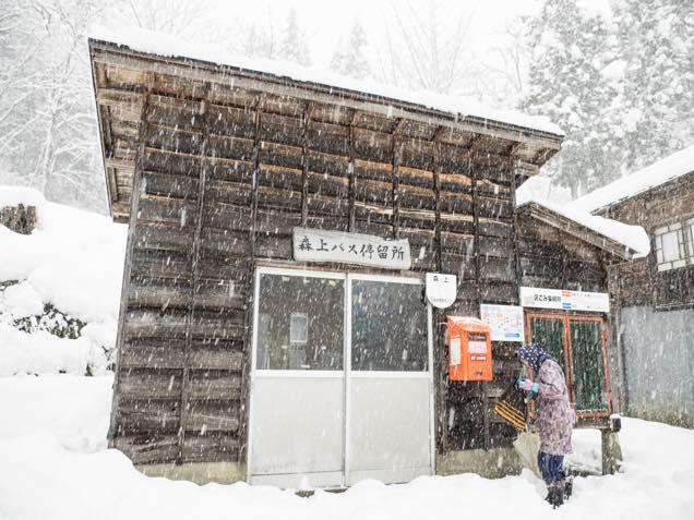 雪が積もった南部神社の鳥居そばにある「森上バス停」