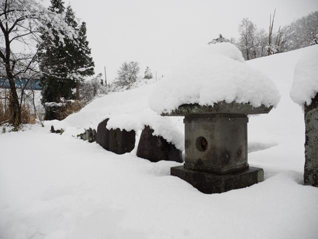 雪に埋もれた大野村将軍地蔵尊