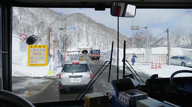 温泉行きバスの車内から見える通行規制の案内