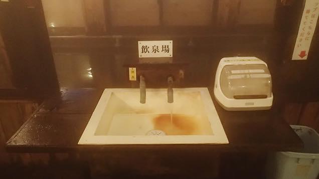 水道のように蛇口が設置された飲泉場