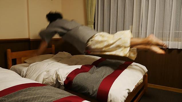 ベッドに勢い良く飛び込む筆者