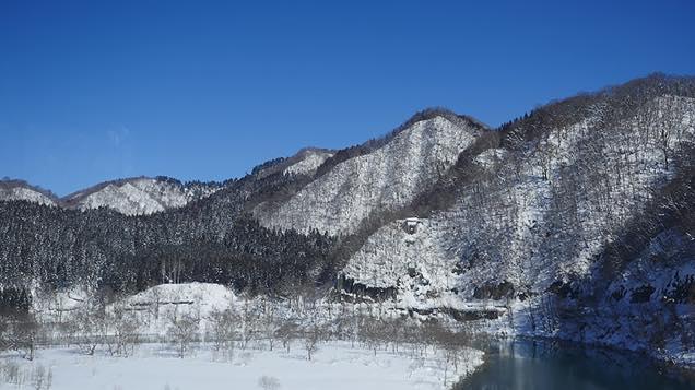 雲ひとつない青空と雪山