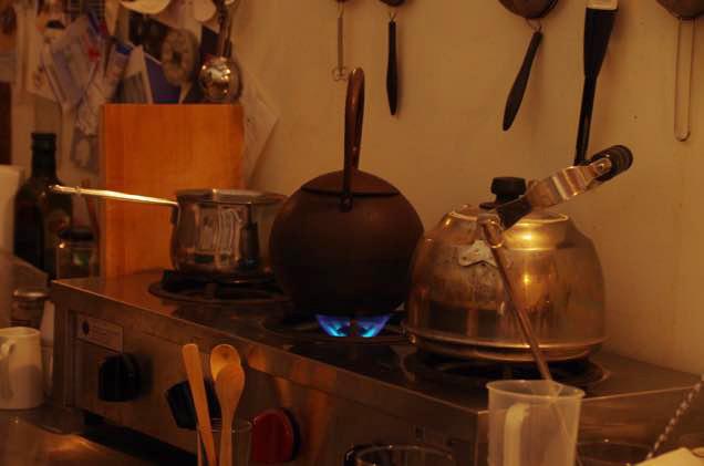 厨房の「日の丸形鉄瓶」
