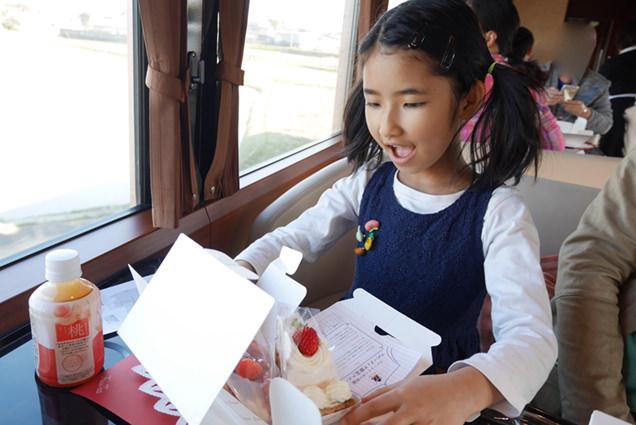 スイーツボックスに入ったいちごのケーキを見て喜ぶ長女