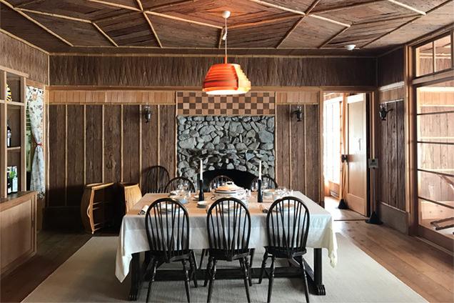 杉の板や皮で装飾された壁や天井が特徴的。暖炉は当時のままのもの。