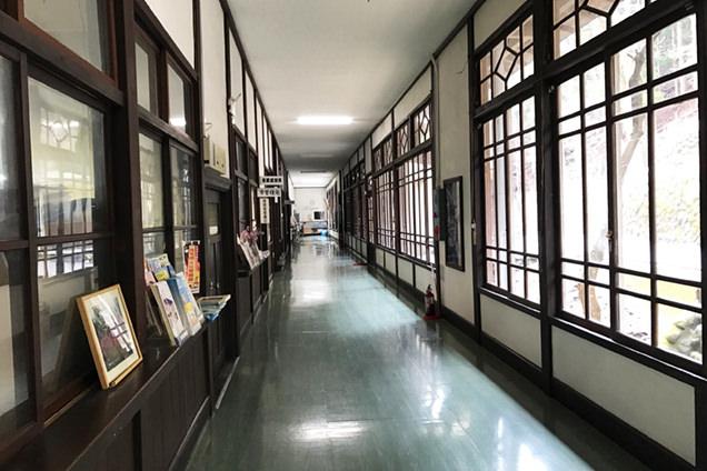 2階の廊下は昔のままの窓枠が美しい